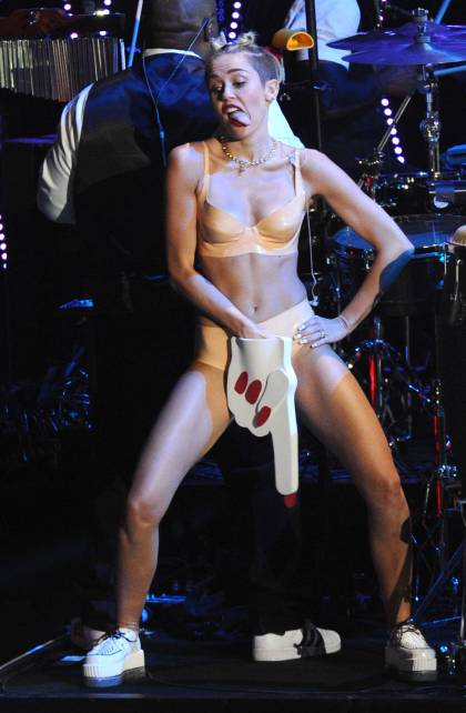 vma-mtv-2013-miley-cyrus-foam-finger
